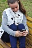 SMS de los sens de la muchacha Foto de archivo libre de regalías