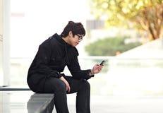 Sms del hombre en el teléfono celular Imagen de archivo
