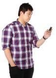 SMS del hombre en el teléfono móvil Imagenes de archivo