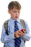 Sms del niño del muchacho de escuela texting imagen de archivo libre de regalías
