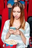 Sms des textes de fille dans le cinéma Images libres de droits