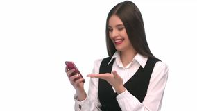 Sms di scrittura della giovane donna sul telefono mobile a priorità bassa isolata video d archivio