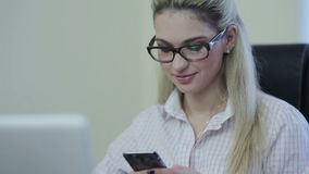 Sms för handstil för affärskvinna på smartphonen lager videofilmer