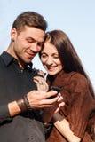 Sms masculins et femelles de lecture Photographie stock libre de droits