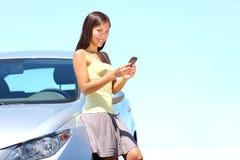 SMS Mobiele telefoonvrouw door auto Royalty-vrije Stock Foto