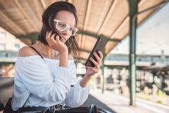 SMS que mecanografía de la mujer joven en smartphone fotos de archivo libres de regalías