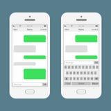 Sms Smartphones plaudernde Mitteilungsspracheblasen Auch im corel abgehobenen Betrag Lizenzfreie Stockfotografie