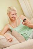 sms som skrivar kvinnan Royaltyfri Foto