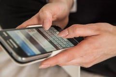 sms som texting kvinnan Arkivbilder