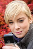 Sms texting atrativos da mulher nova Fotos de Stock Royalty Free