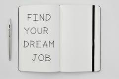 Smsa fyndet ditt dröm- jobb i en notepad royaltyfria foton