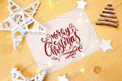 Smsa glad jul, med juldeoccrusties stjärna, julträd, bulor på guld- träbakgrund fotografi Royaltyfria Foton