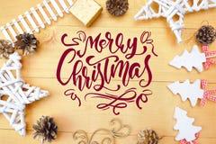 Smsa glad jul, med juldeoccrusties stjärna, julträd, bulor på guld- träbakgrund Lekmanna- lägenhet Royaltyfri Foto