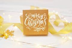 Smsa glad jul på asken av hantverket, med guld- band och kastar snöboll Fotografi för feriehälsningkort Arkivbilder