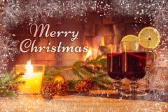 Smsa glad jul på bakgrunden av en härlig bild med funderat vin och en spis Romantisk julkort arkivfoto