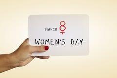 Smsa kvinnors för marsch 8 dag i en skylt Royaltyfri Foto