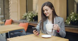 Smsa med koppen kaffe stock video