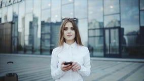 Smsa meddelandet i budbäraren eller det sociala nätverket, pratstund Timlider försöker att kontrollera in för ett flyg till och m stock video