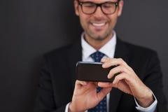 Smsa på den smarta telefonen arkivbild