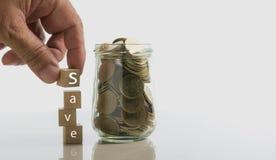 Smsa räddningen på tärning med mynt och kopiera utrymme för mellanläggstext på w royaltyfria bilder