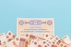 Smsa tillståndscertifikatet för rysk federation på anmärkningar för huvudstad och mycket för pengar för moderskapfamilj fem tusen arkivbild
