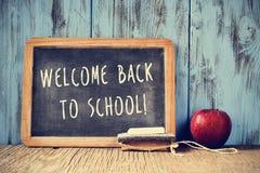 Smsa välkomnandet tillbaka till skolan som är skriftlig på en svart tavla, arg proce Royaltyfria Foton