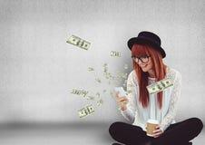 smsande pengar Hipster med telefonen, pengar som kommer upp från telefonen arkivfoton