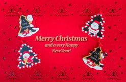 Smsar det röda kortet för jul med hälsningar, och garneringträd, jultomten och snögubbear royaltyfri foto