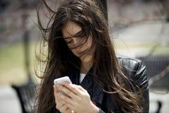 Smsar kvinnor på hennes smarta telefon arkivbilder