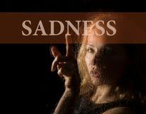 Smucenie pisać na wirtualnym ekranie Ręka młodej kobiety melancholia i smutny przy okno w deszczu Zdjęcie Royalty Free