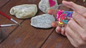 Smudge kleur alvorens op steen te schilderen stock video