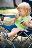 Smudgy babyjongen eet in kamp Royalty-vrije Stock Fotografie