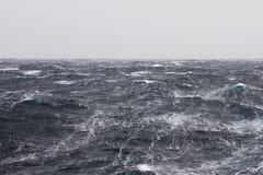 Smugi przy Burzowym oceanem zdjęcie stock