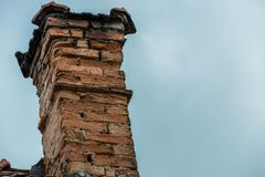 Smula den gamla tegelstenlampglaset på övergett hus arkivbild