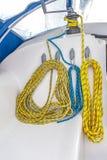 Smula det färgrika repet på yachten arkivbild