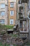 Smula det gamla bostads- huset royaltyfria bilder