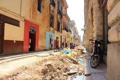 Smula gator och byggnader i den Habana Vieja grannskapen, Lahavannacigarr, Kuba royaltyfri fotografi