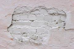 Smula tegelstenväggen, vit murbruk som täckas med målarfärg royaltyfri foto