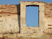 smula väggfönster för tegelsten arkivfoto