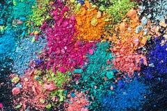 Smulor av mång--färgad krita på en svart bakgrund Glädje karneval panorama barnprickar finner leken dold för att skissa för att f arkivfoto