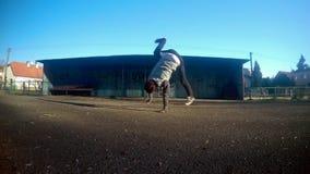 Smurf de danse de Breakdancer sur la rue 4K banque de vidéos
