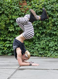 Smurf de danse de jeune fille sur la rue photographie stock
