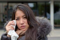 Smutna łzawa kobieta trzyma chusteczkę Obrazy Stock