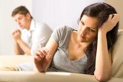 Smutna żona patrzeje jej pierścionek zdjęcie stock