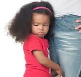 Smutna afroamerican dziewczyna ściska dorosłego Zdjęcia Stock