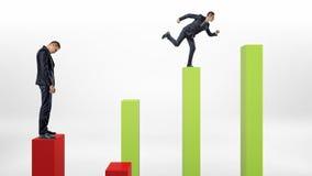 Smutna biznesmen pozycja na czerwonej kolumnie z szczęśliwego biznesmena działającą up zielenią ones Zdjęcia Stock