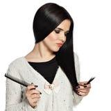 Smutna brunetki młoda kobieta trzyma jej włosy Zdjęcia Stock