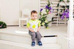 Smutna chłopiec z filiżanką w pokoju Obrazy Royalty Free