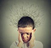 Smutna chłopiec z zmartwionej zaakcentowanej twarzy wyrażeniowy patrzeć w dół