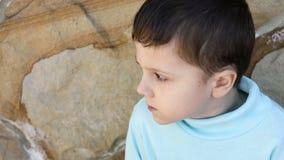 Smutna chłopiec outdoors zdjęcie wideo